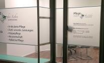 Schaufensterbeschriftung im Digitaldruck für Pflegedienst aus Stuttgart